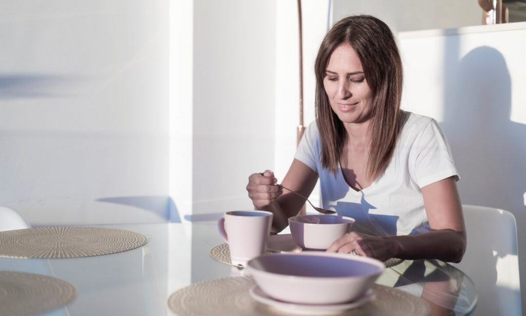 Durante a pandemia, é importante estabelecer uma rotina e seguir horários para determinadas atividades como comer, dormir e acordar.