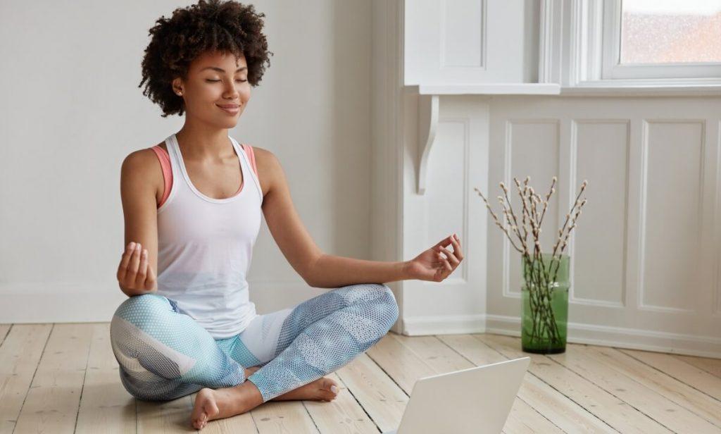 A meditação ajuda a diminuir os níveis de cortisol e, consequentemente, baixar o estresse.