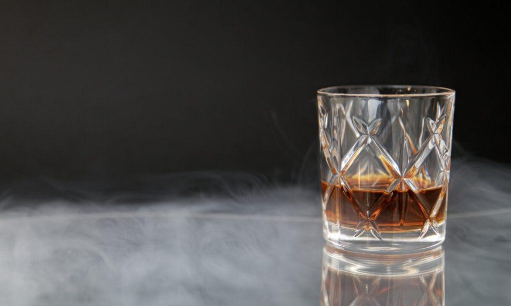 O consumo de álcool, cigarro e drogas ilícitas aumentou durante a pandemia e pode gerar grandes impactos no futuro.