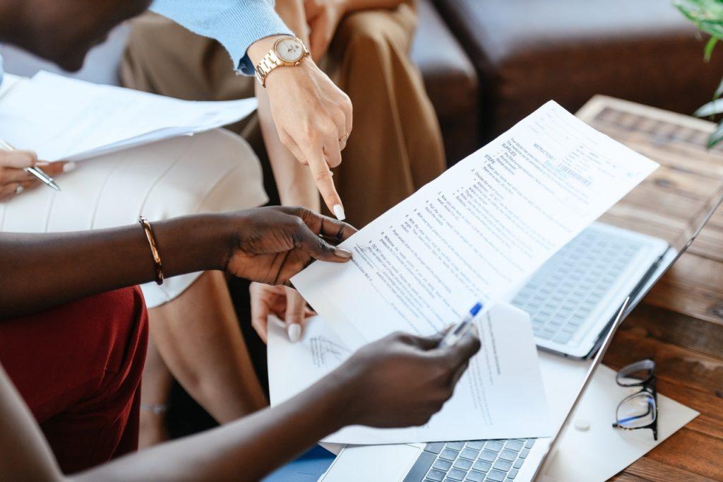 Empreendedora e operadora fechando contrato de plano de saúde empresarial