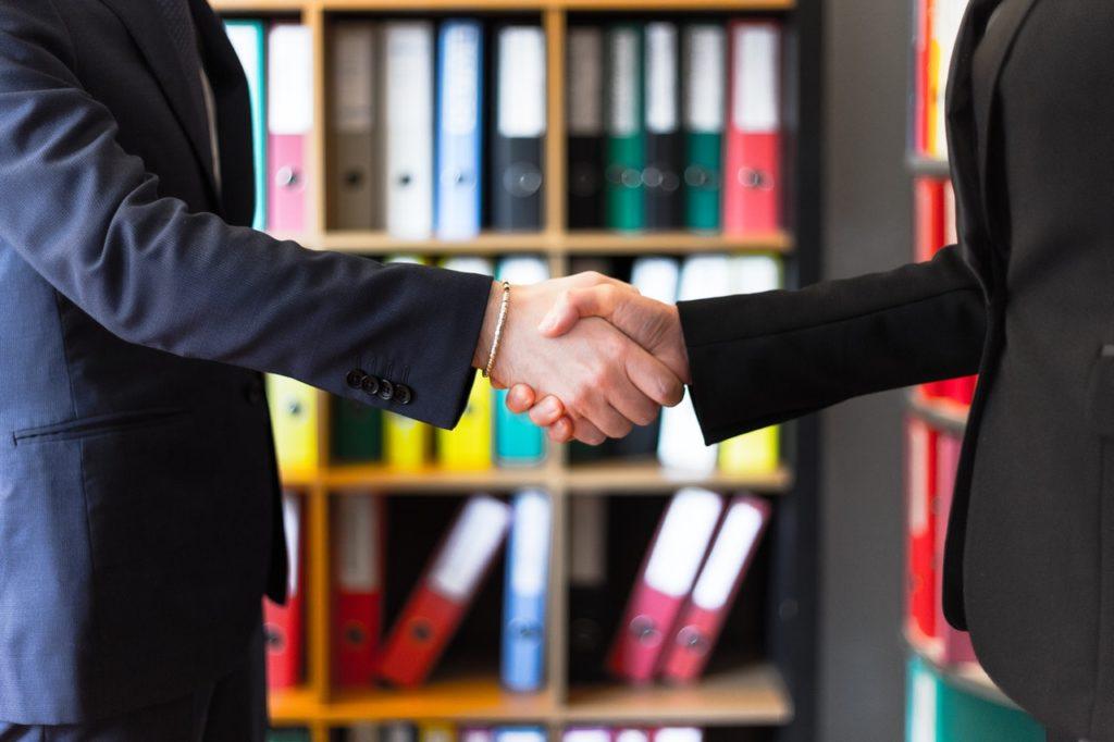 Imagem de dois homens de negócio apertando a mão.