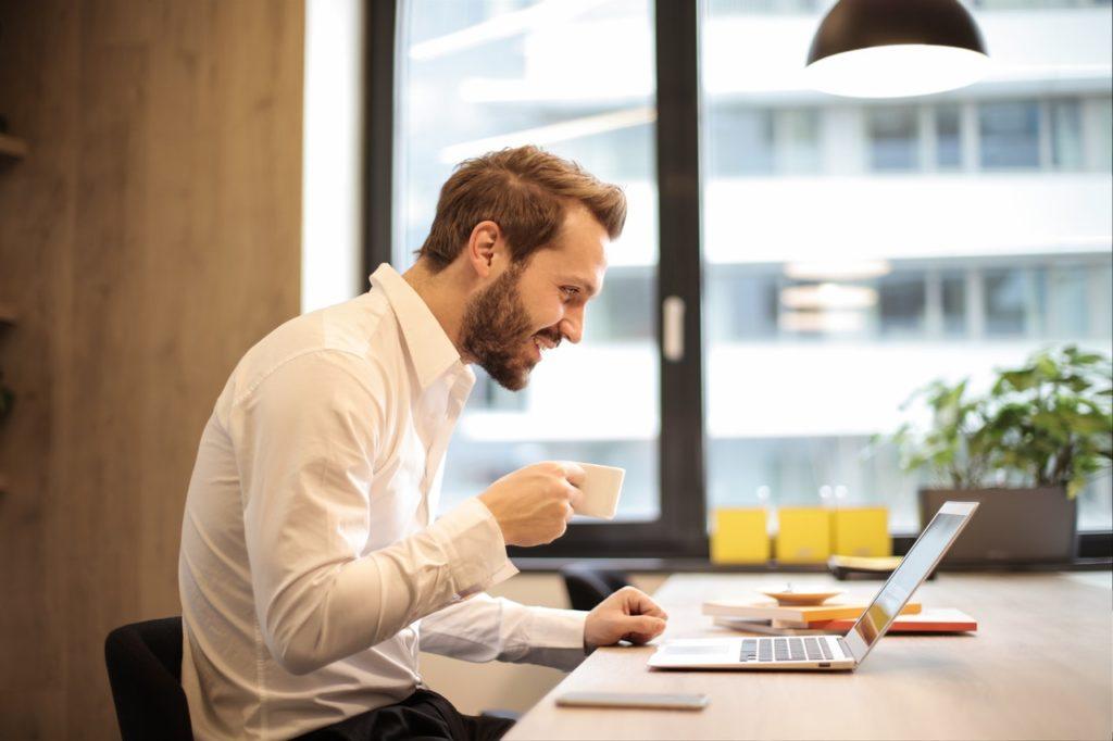Empresário pesquisando na internet os direitos do consumidor nos planos de saúde coletivos - Sami