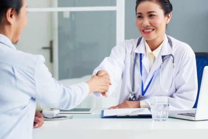 Imagem de médica apertando a mão de paciente, no conteúdo que trata de reembolso no blog da Sami