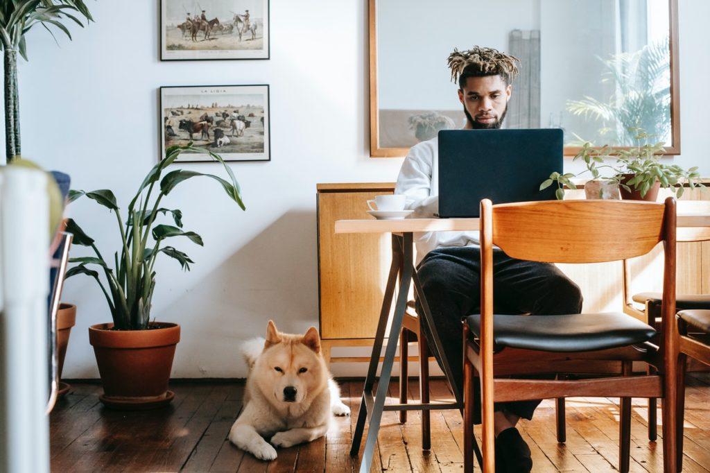 Imagem de homem empreendedor jovem e negro, no conteúdo sobre regras para contratação do plano de saúde MEI no site da Sami
