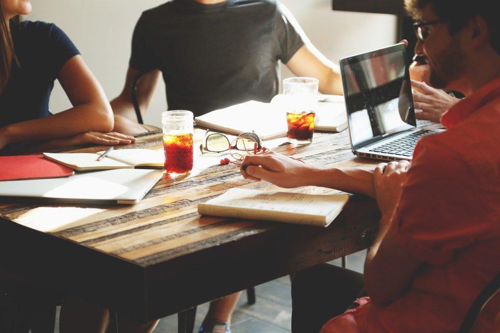 Imagem de equipe profissional jovem durante brainstorm, presente no texto sobre benefícios fiscais do plano de saúde no blog da Sami