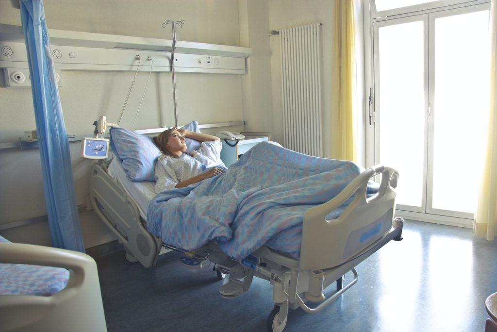 Imagem de paciente internada em quarto individual, presente no texto sobre plano de saúde enfermaria e apartamento no blog da Sami