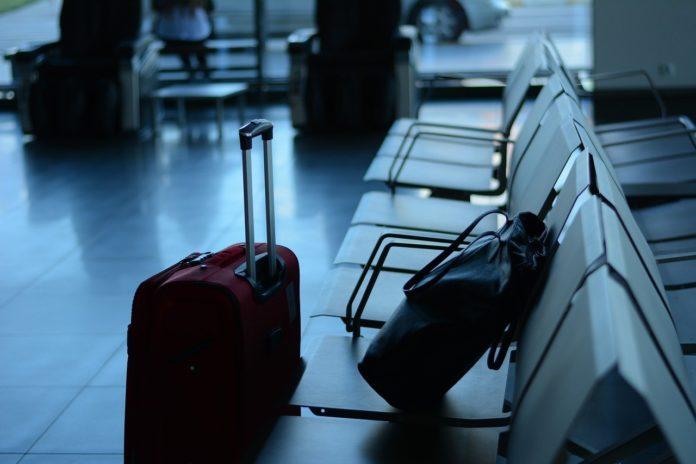 Imagem de malas em aeroporto, presente no texto sobre as diferenças entre plano de saúde e seguro viagem, presente no blog da Sami