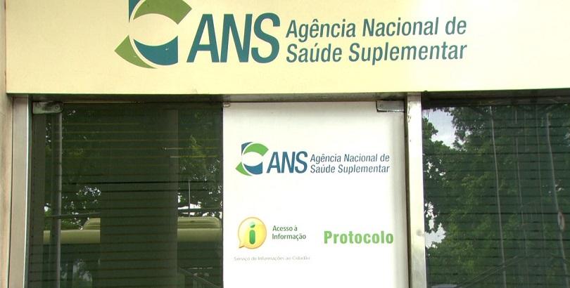 Imagem de placas na porta da sede da ANS (Agência Nacional de Saúde Suplementar), presente no texto sobre a autarquia no blog da Sami