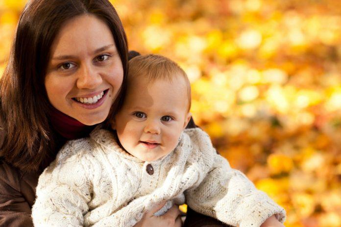 Imagem de mãe e bebê felizes, presente no conteúdo sobre