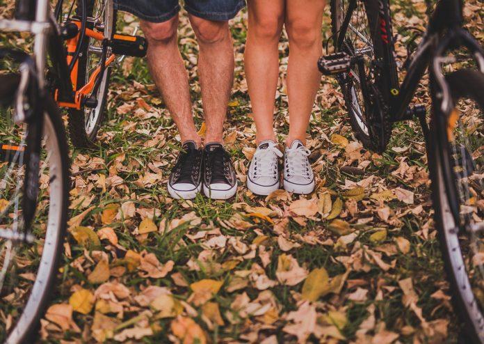 Imagem de homem e mulher andando de bicicletas juntos, representando o conceito de saúde no texto sobre como escolher o melhor plano de saúde, presente no blog da Sami