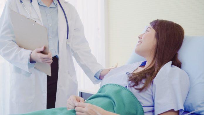 Imagem de mulher internada em cama de hospital, presente no texto sobre plano de saúde hospitalar no blog da Sami