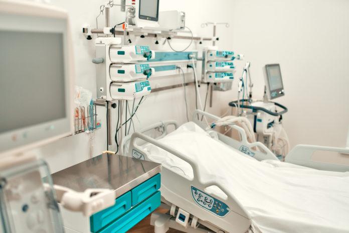 Imagem de leito de UTI, presente no texto sobre o tema: O que são UTI e CTI (leitos de alta tecnologia) no plano de saúde?