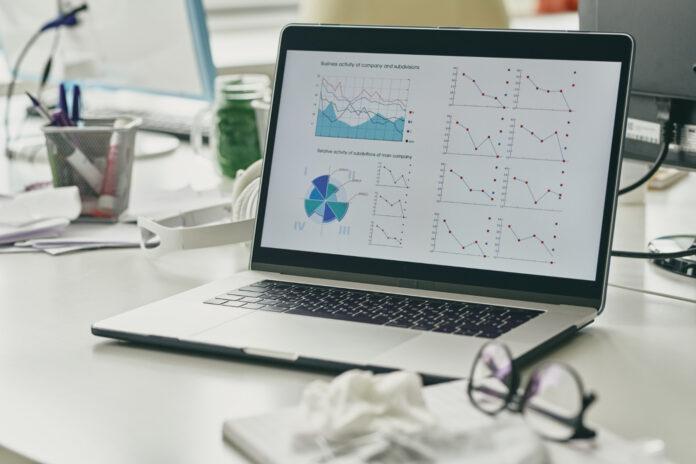 Imagem de notebook calculando fórmula de absenteísmo, presente no blog da Sami no texto sobre este tema