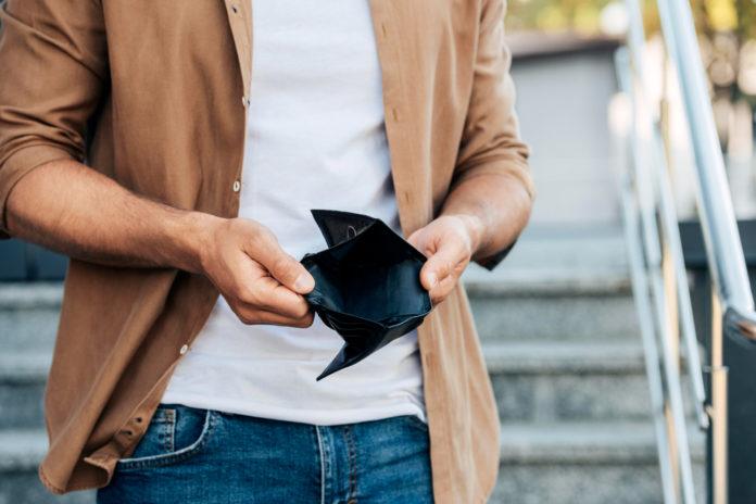 Imagem de homem com carteira vazia, presente no texto do blog da Sami que aborda o tema: Existe mesmo plano de saúde barato?