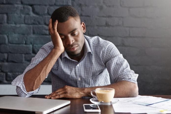 Imagem de jovem empreendedor triste e estressado, presente no texto do blog da Sami que responde à dúvida: como lidar com o estresse como empreendedor?