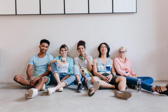 Imagem de grupo de jovens estudantes universitários, presente no texto sobre plano de saúde universitário no blog da Sami